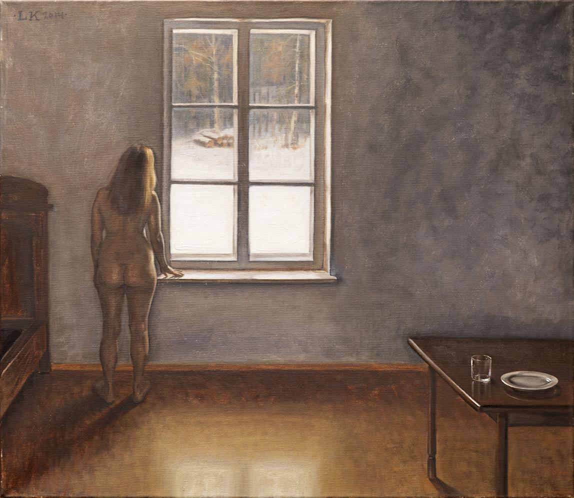 Alaston nainen katsoo ulos talviseen maisemaan harvanlaisesti kalustetussa huoneessa.