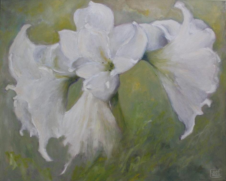 Suuri valkoinen kukka keltaisen, vihreän ja harmaan sävyisellä taustalla.