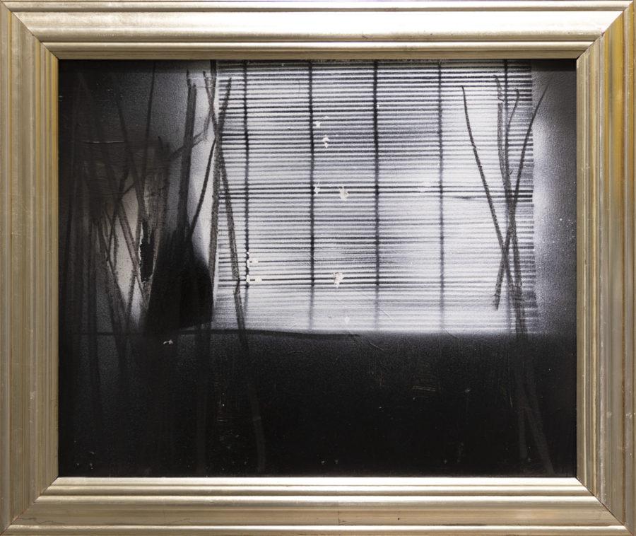 Kehystetty mustavalkoinen maalaus, jossa kaihdinmaista kuviota.