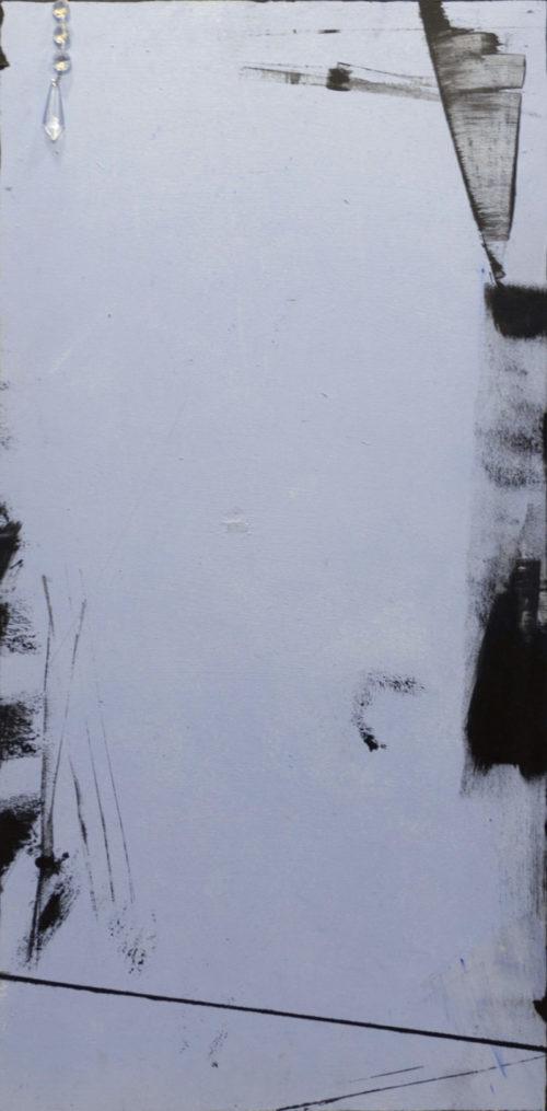 Minimalistinen abstrakti maalaus, reunoilla mustia maalausjälkiä, vasemmassa yläkulmassa riippuu timantteja.