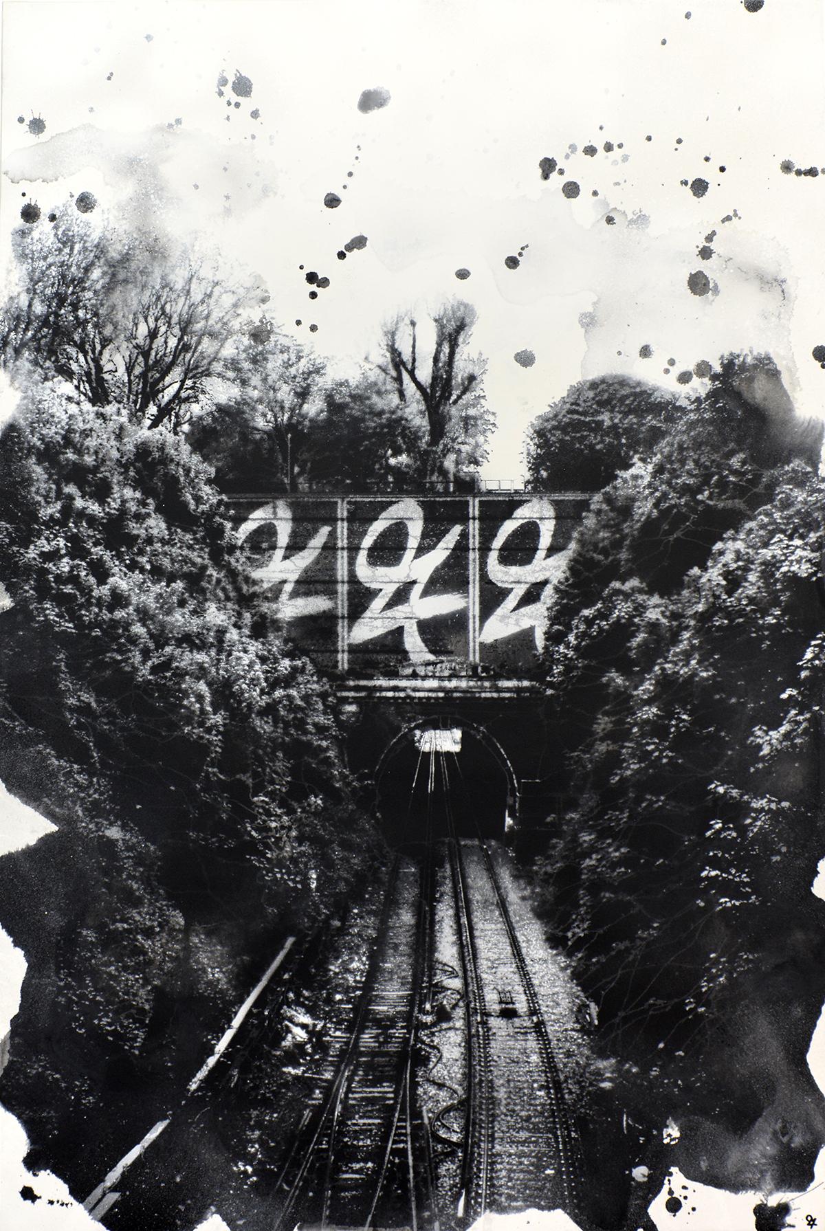 Mustavalkoinen junarata sekä metsää. Tunnelin ylle maalattu valkea logo.