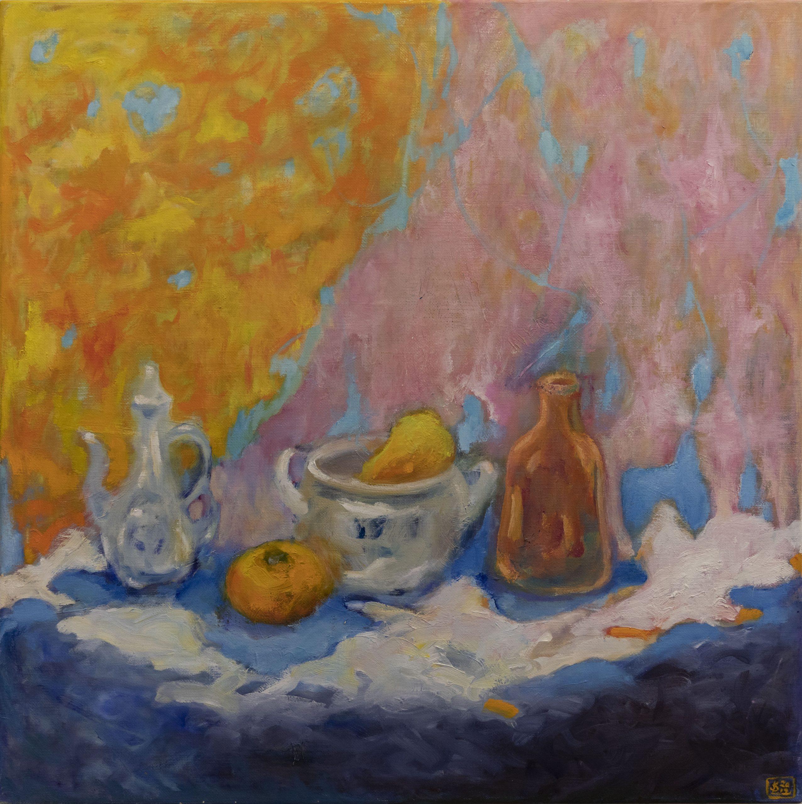 Värikäs asetelmamaalaus, jossa karahvi, appelsiini, päärynä, kulho ja pullo.