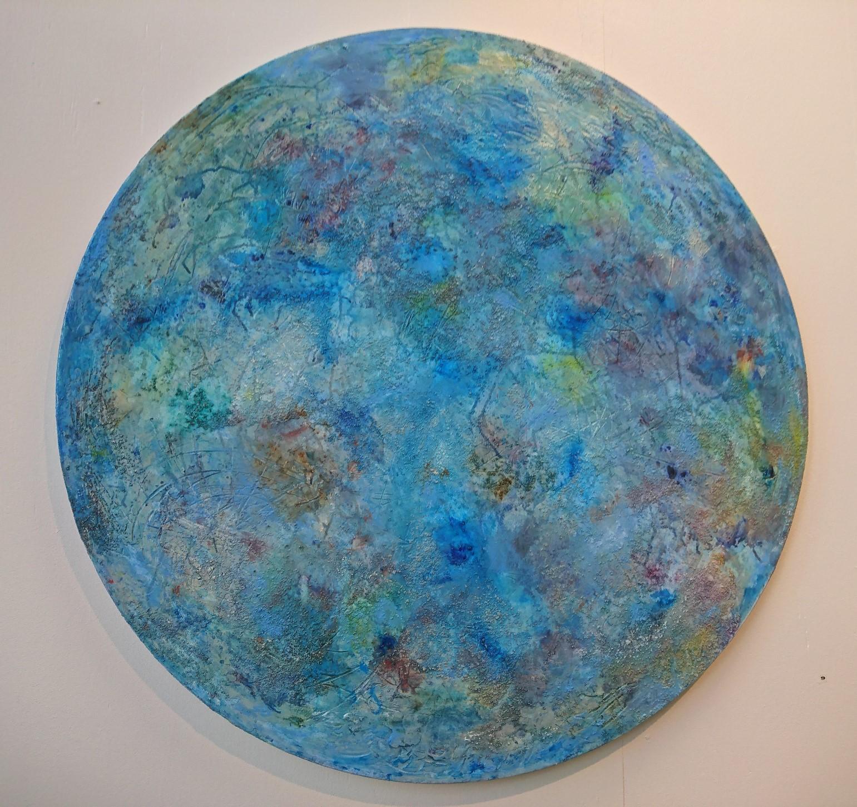 Pyöreälle pohjalle tehty sininen ei-esittävä maalaus.